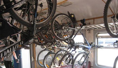 Велосипед, подвешенный на багажной полке